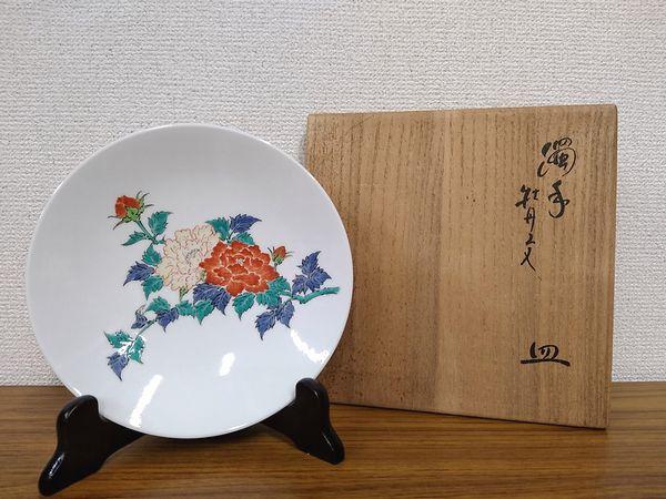 十四代酒井田柿右衛門 濁手牡丹文皿(径18.5cm)