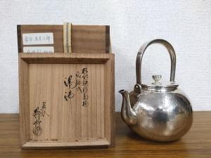 金谷五郎三郎造 精銀鎚目菊摘 宝珠式湯沸(銀瓶)