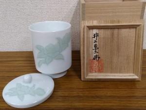 井上萬二 白磁緑釉椿彫文湯呑2